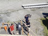 Die nicht Schwindelfreien sägen die Dachlatten